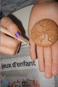 Atelier Modelage argile vivante : graphisme pour un caillou magique !